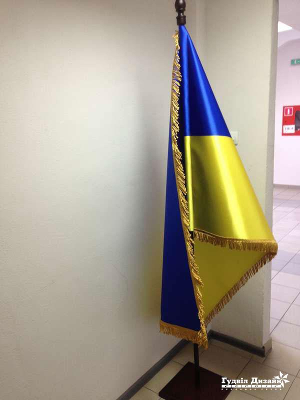 21.49 Флаг Украины на напольной подставке