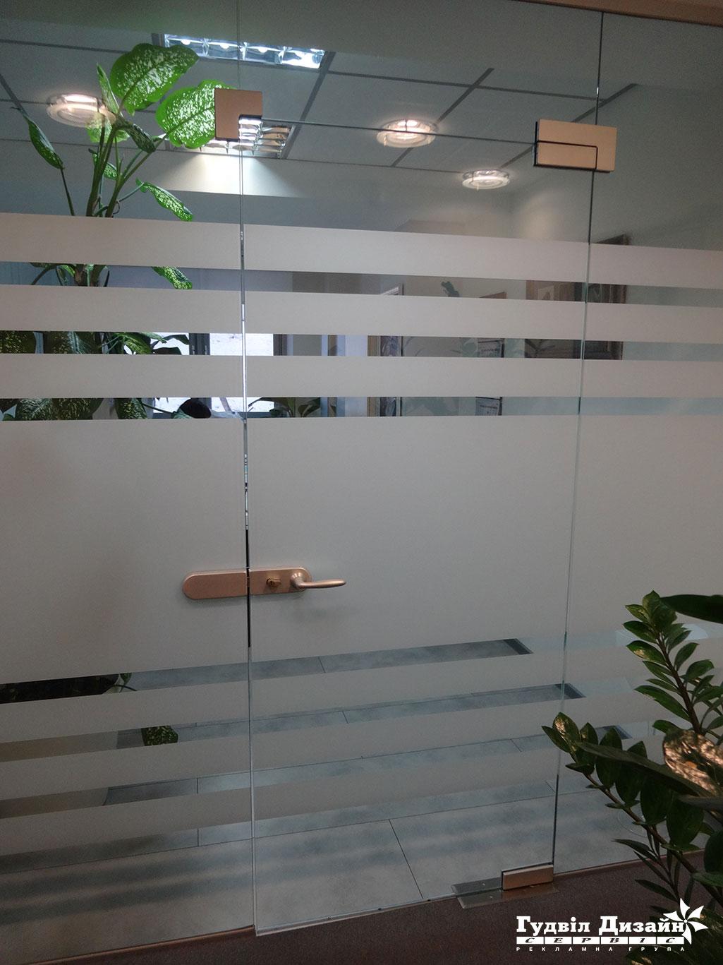 17.71 Оклейка спец. пленкой окон офисных перегородок тонировка